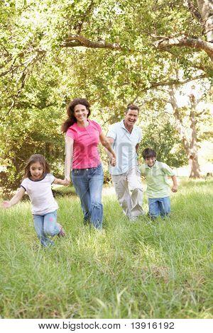 Family enjoying Spaziergang im park