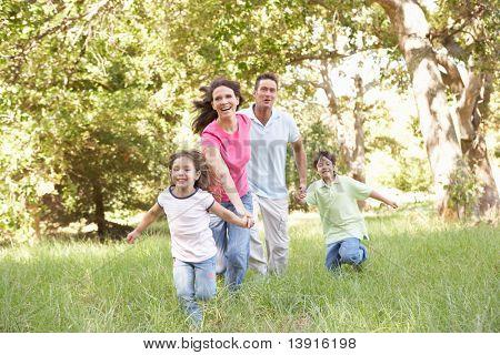 Familia disfrutando de la caminata en el Parque