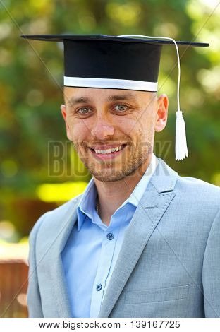 A happy graduateing student wearing graduation hat
