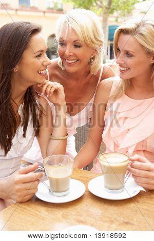 Drei Frauen, die Tasse Kaffee im Café