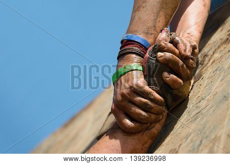 Couple hold hands,help when overcoming hindrances mud