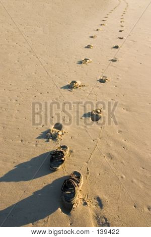 Sandálias e pegadas