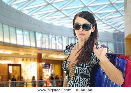 Uma jovem atraente fazendo compras.