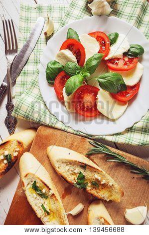 Caprese salad with crispy toast and garlic