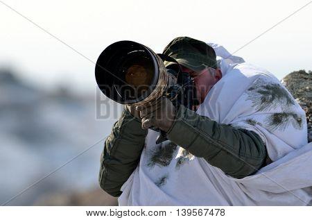 wildlife photographer outdoor in cold winter