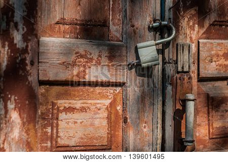 old door and rusty a the padlock.