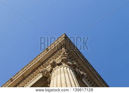A corner of an Corinthian column reaching to the sky