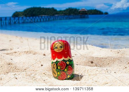 Photo Russian Dolls Matrioshka Untouched Tropical Beach in Bali Island. Horizontal Picture. Blurred Background. Closeup