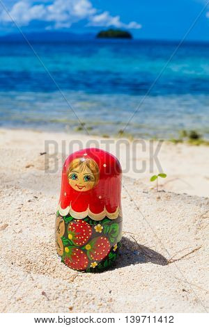 Photo Russian Dolls Matrioshka Souvenir Untouched Tropical Beach in Bali Island. Vertical Picture. Blurred Background. Closeup