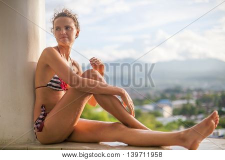 Photo Young Sexy girl Relaxing Sunset Swimming Pool Terrace with Beautiful View. Smiling Woman Spending Chill Time Outdoor Summer. Caribbean Ocean Vacations. Horizontal, blurred background