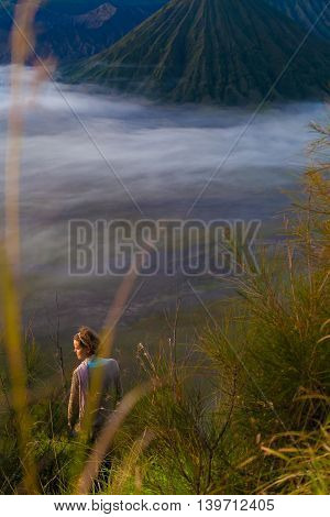 Photo Young Pretty Girl Sunrise Mountains Forest.Africa Nature Morning Volcano Viewpoint.Mountain Trekking, View Landscape.Woman Traveler.Vertical Picture.First Rays Rising Sun.White Fog Background