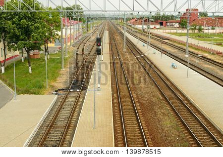 Railway tracks for trains to pass through the center of the city.Semafori regulate traffic.