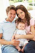 Постер, плакат: Родители обнимаются новорожденных Baby Boy на дому