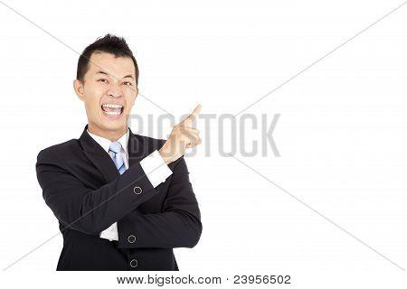 empresário rindo apontando e