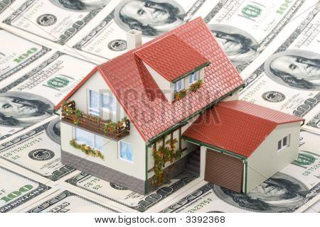 Miniatura casa e dinheiro.