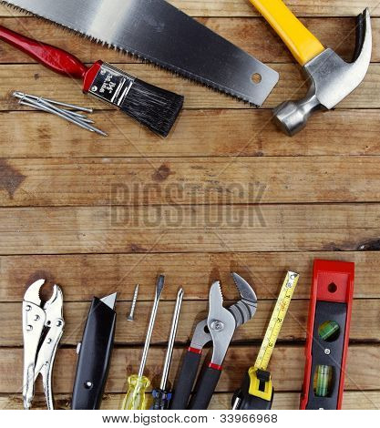 verschiedene Anbaugeräte auf Holz