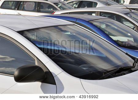 Vista telefoto de veículos estacionados no Parque de estacionamento