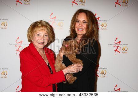LOS ANGELES - 26 de MAR: Lee Phillip Bell, Joy Bell, Catherine Bach atende o 40º aniversário da th