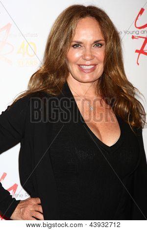 LOS ANGELES - 26 de MAR: Catherine Bach participa do 40º aniversário dos jovens e o agitado Cel