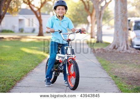 Muchacho llevaba casco de seguridad en bicicleta
