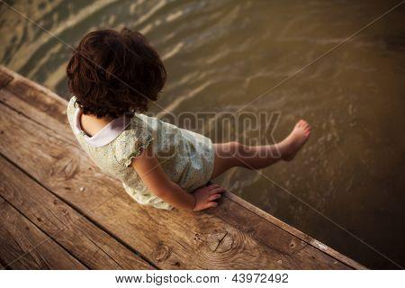 Einsame Mädchen sitzen am pier