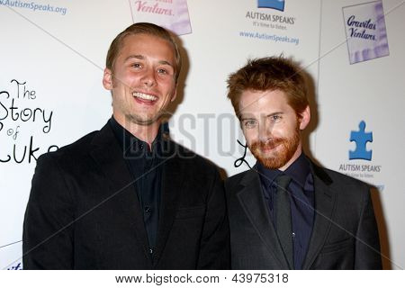 LOS ANGELES - APR 2:  Lou Taylor Pucci, Seth Green arrives at