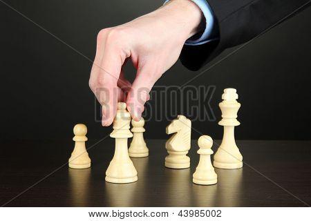 empresário jogando xadrez isolado em preto