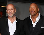 LOS ANGELES - 28 de MAR: Bruce Willis, Dwayne Johnson llega al Premi de LA