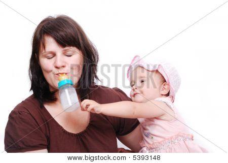 Mama ist ihr Baby füttern und umgekehrt