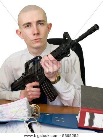 Contador con un fusil en las manos