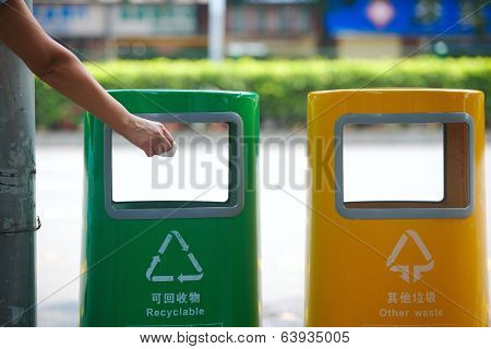 hand to throw away paper in street garbage, Chinese cities cleanliness