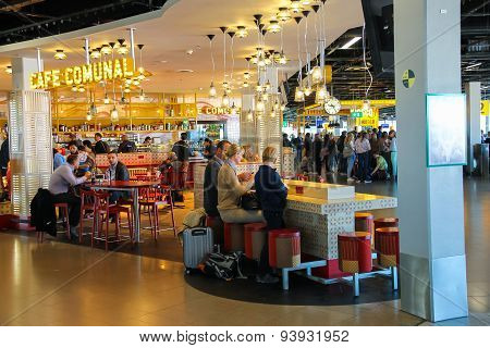 Passengers Relax In The Cafe Comunal At The Airport Amsterdam Schiphol, Netherlands