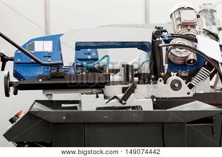 Sawing machine, color image, horizontal image, selective focus