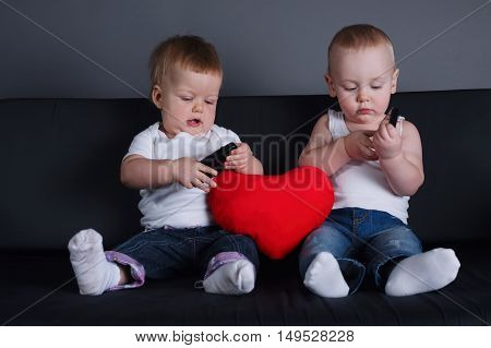 photo of two children with mobile phones on date