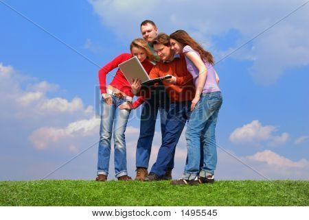 Grupo de personas con Notebook