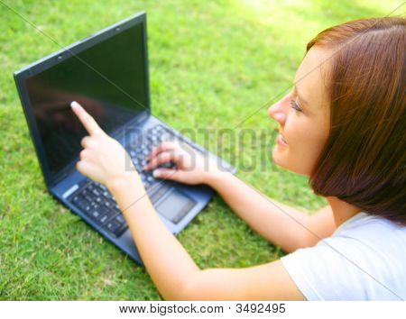 Mujer apuntando a la pantalla del ordenador