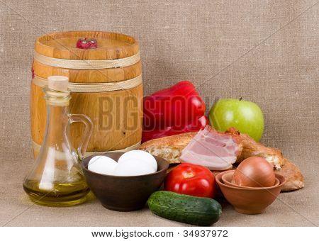 Olivenöl, Gemüse und Eier auf dem Hintergrund