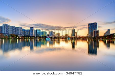 Horizonte de Orlando, Florida desde el lago Eola.
