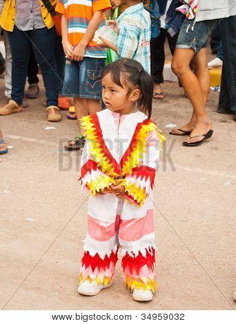 Loei Provinz Thailand 23. Juli 2012.: ein kleines Mädchen tragen eine bunte Kleidchen, in der Geist-Festival.