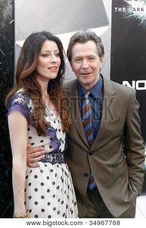 NUEVA YORK-16 de julio: Alexandra Edenborough y Gary Oldman (R) presentes en el estreno mundial de