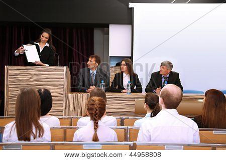 Business-Frau macht einen Vortrag im Konferenzraum