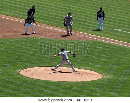 Blue Jays Pitcher Marc Rzepczynski em movimento, para jogar com como Kevin Kouzmanoff assumir a liderança no 1º