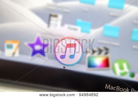 Macbook Pro Screen Focused On Itunes Icon On Dock