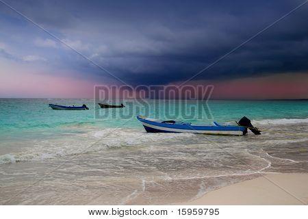 Caribbean vor tropischer Sturm Hurrikan Strand Boot dramatische szenische