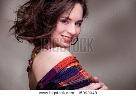 Retrato de una mujer bastante joven sobre fondo gris