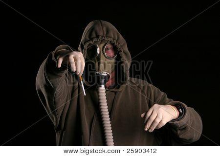 Anti-Raucher-Konzept ein Mann in einer Gasmaske hält eine Zigarette mit Ekel