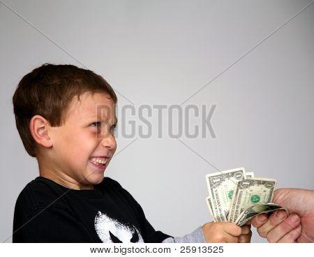 um jovem rapaz está chocado com uma mão, tentando tirar seu dinheiro