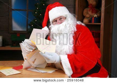 """Santa lee sus """"cartas a santa"""""""