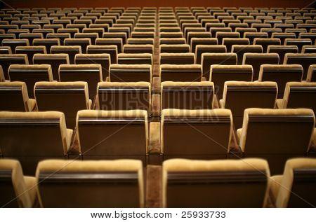 Постер, плакат: Пустые стулья в кино или театр, холст на подрамнике
