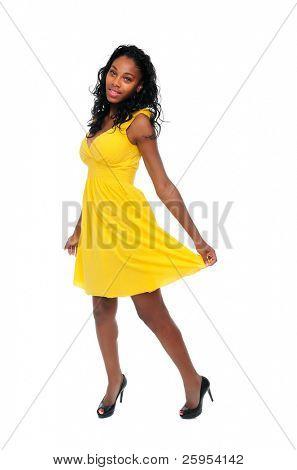 Hermosa adolescente afroamericana con un vestido amarillo